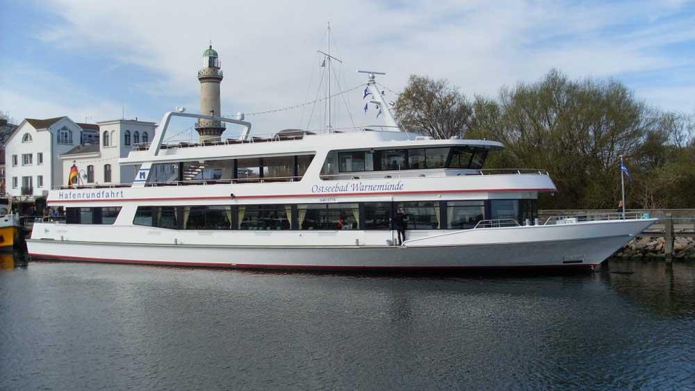 Fahrgastschiff Serrahn Deern in voller Fahrt